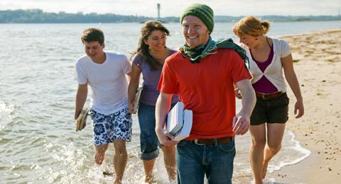 Vier Studierende der CAU gehen am Falckensteiner Strand spazieren (Foto: O. Franke, © Uni Kiel)