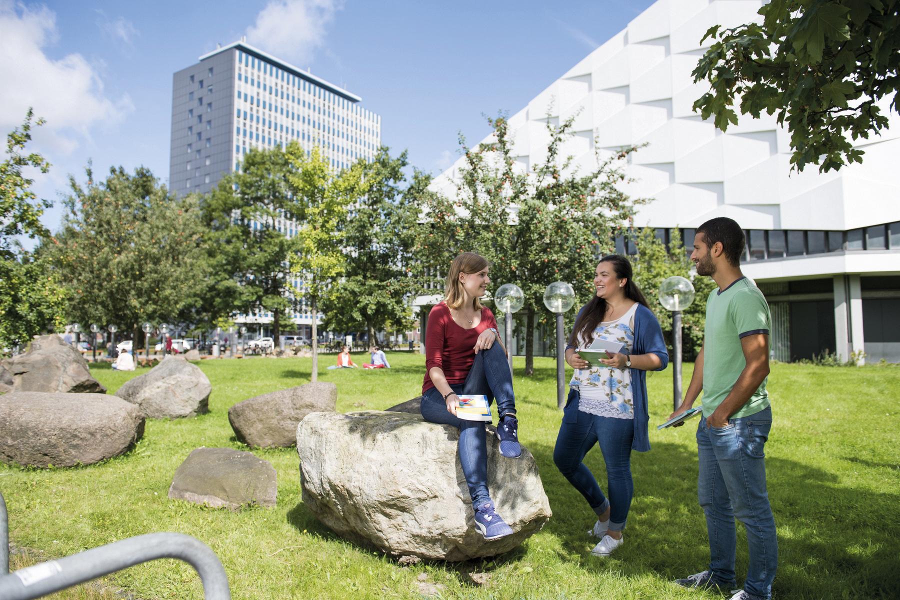 Studierende auf dem Campus der Uni Kiel