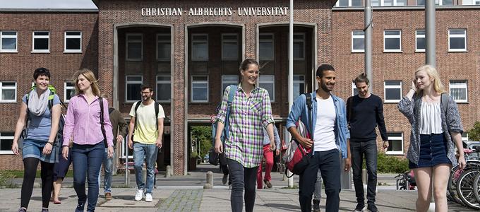 Studierende vor dem ehemaligen Hauptportal der CAU an der Olshausenstraße