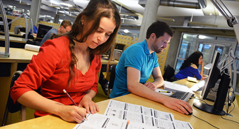 Studierende lernen in der Bibliothek (Foto: Thomas Eisenkrätzer, © Uni Kiel)