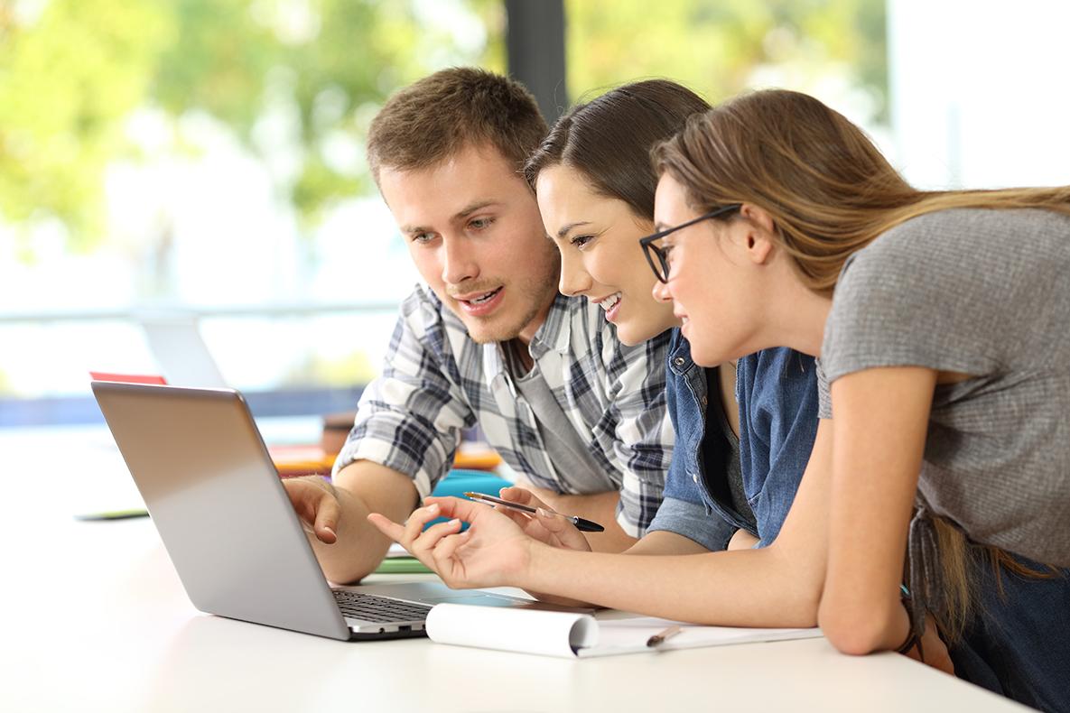 Studierende bei der Gruppenarbeit